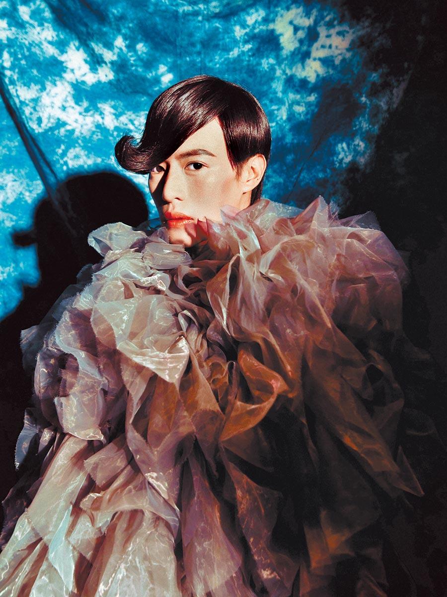 林語菲身穿一襲迷幻雲朵造型,為新歌〈蝕〉拍攝MV。(菲常動人音樂提供)