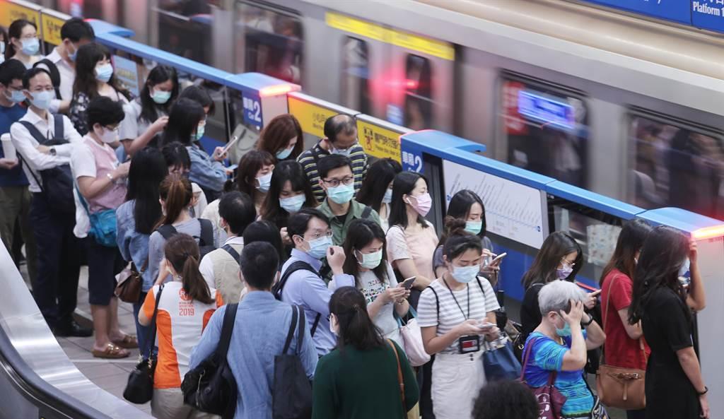 近日有一位網友抱怨,搭捷運時觀察到女乘客常有一種特殊習慣,一上車就會抱住、靠住中間柱子,讓其他人沒地方抓。(本報系資料照/黃世麒攝)