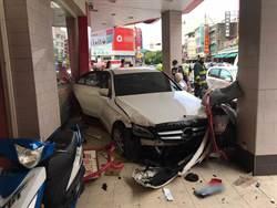 賓士車擦撞後直衝騎樓 保齡球式連撞5車