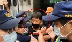 韓粉杏仁哥直播與警爆衝突遭帶回 出警局又奔現場續討公道
