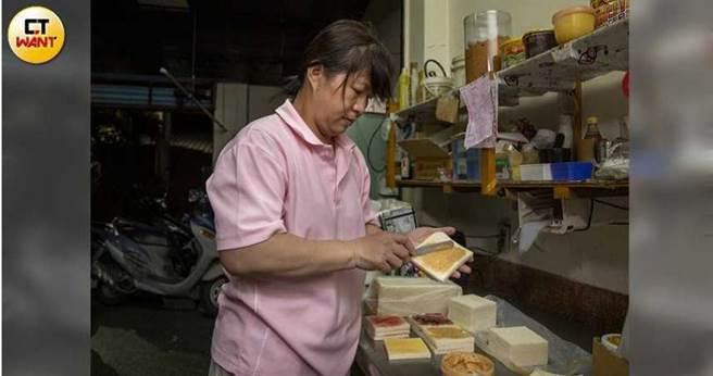 早餐店的備料程序複雜,羅季涵每天凌晨3點就要起床一個人製作三明治、熬煮飲料等。(圖/宋岱融攝)