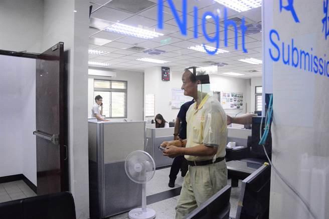 蔡啟塔報到,被法警帶入報到室準備發監執行。(王志偉攝)