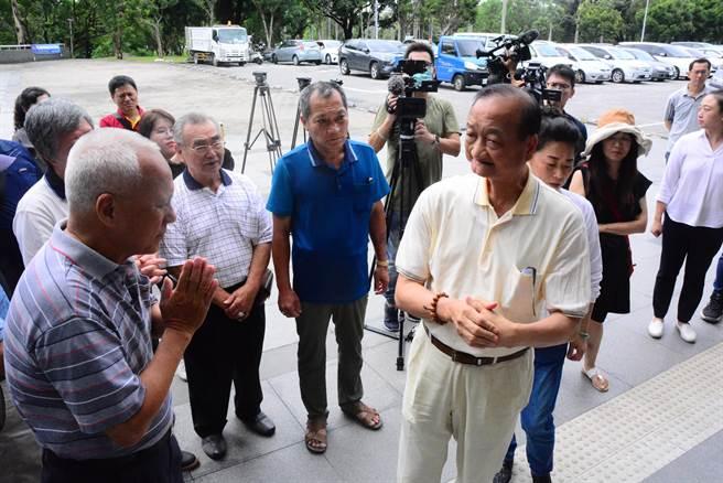 前花蓮市長、現任議員蔡啟塔,涉貪污被判重罪,上午在多位支持者陪同到地檢署報到。(王志偉攝)