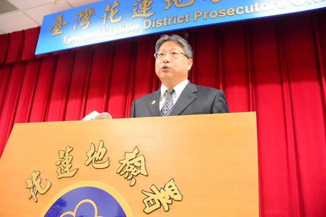 主任檢察官陳旭華說明蔡啟塔涉貪污判刑、發監等程序。(王志偉攝)