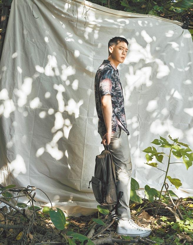 周湯豪穿AllSaints老虎印花襯衫,顯得怡然自得,4800元。(AllSaints提供)