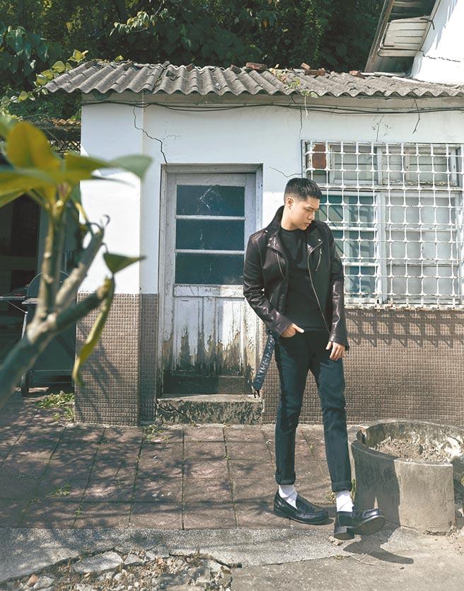 周湯豪身著AllSaints黑色騎士皮夾克,售價1萬9600元;素面上衣1800元。(AllSaints提供)