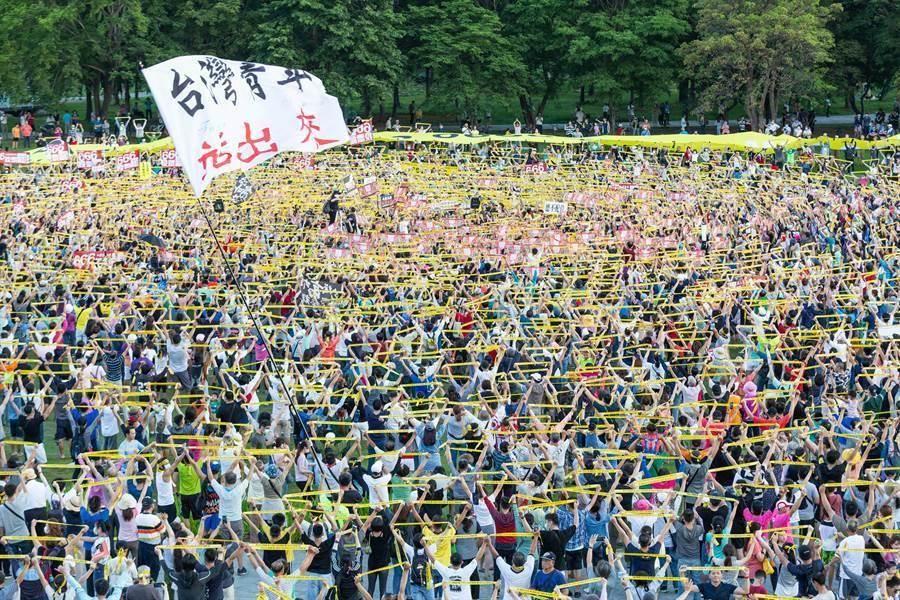 罷韓團體發動「三山666罷韓演習」鳳山場,遊行隊伍最後在衛武營戶外草地集結。(袁庭堯攝)