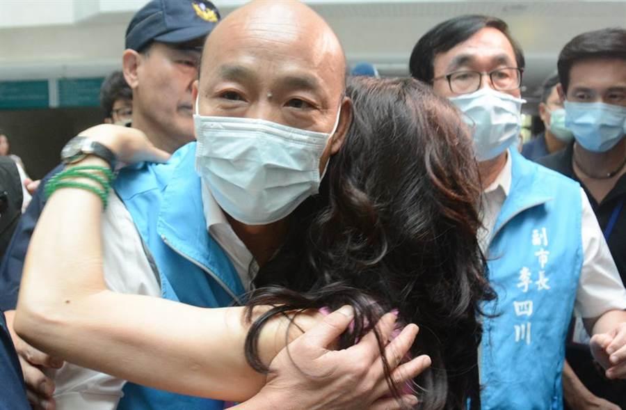 6月6日罷免案確定通過,一名女韓粉難過地上前抱住韓國瑜痛哭。(中時資料照 林宏聰攝)