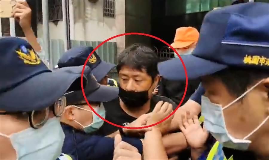 韓粉杏仁哥到王浩宇服務處抗議,與警爆衝突遭帶回。(圖/翻攝自杏仁哥臉書)