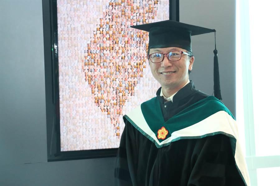 51歲的陳柏安獲得北醫大護理系博士學位。(北醫大提供/林志成台北傳真)