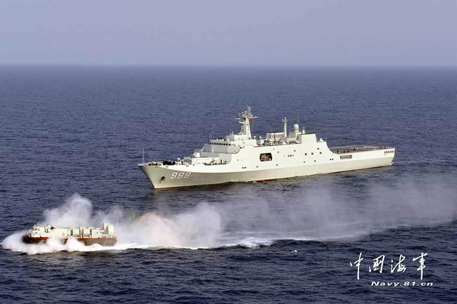 071型登陸艦「井岡山」號與726型氣墊船聯合演練的資料照。(中國海軍網)