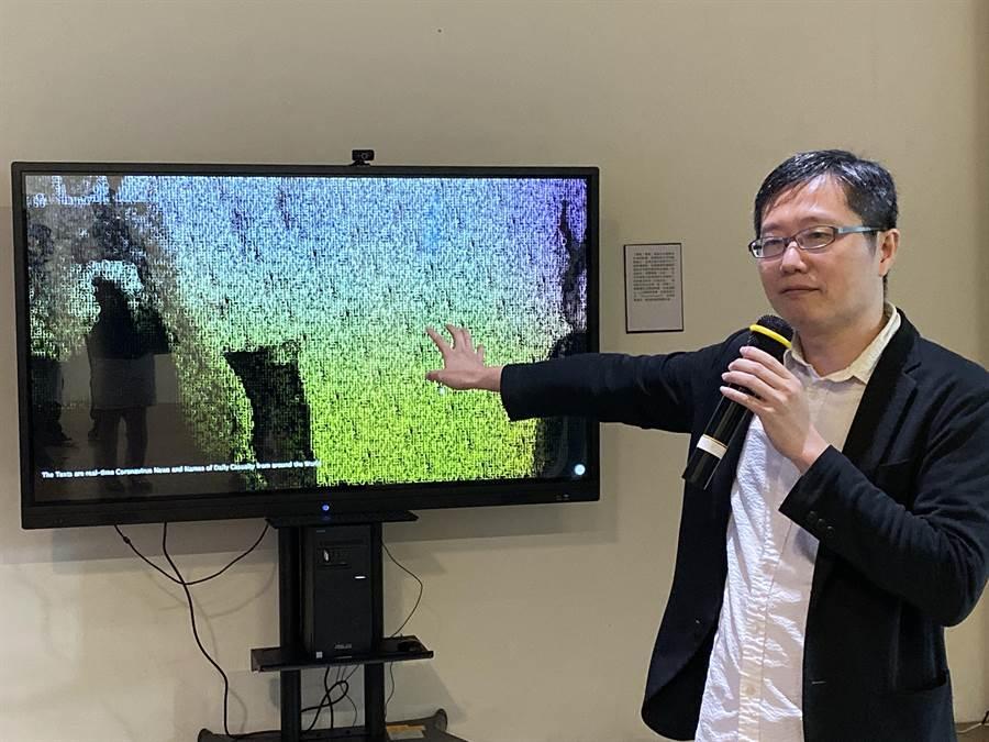 東大建築系主任邱浩修透過AI結合全球即時疫情訊息,創作染疫死亡者的「數位石碑」藝術作品。(陳淑芬攝)