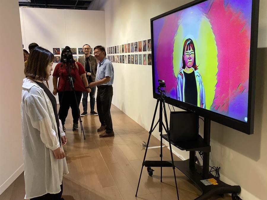 「情緒魔鏡」由AI現場辨識「觀賞者」情緒,即時鏡射創作出「觀賞者」情緒畫像。(陳淑芬攝)