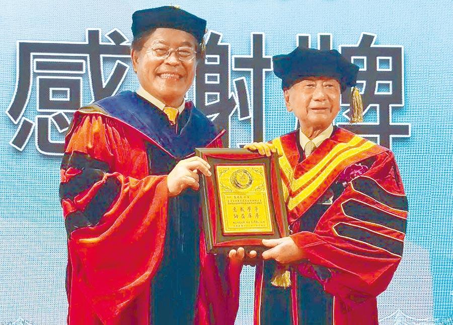 燿華企業集團總裁張平沼(右)獲母校屏東大學校長古源光(左)頒贈榮譽博士。(潘建志攝)