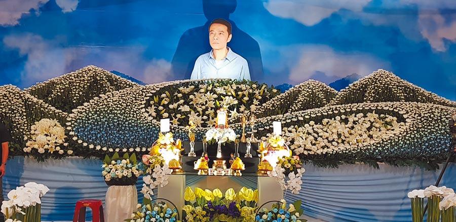 吳朋奉告別式上選的是他代言茶品時拍攝的廣告照。(金熙國際提供)