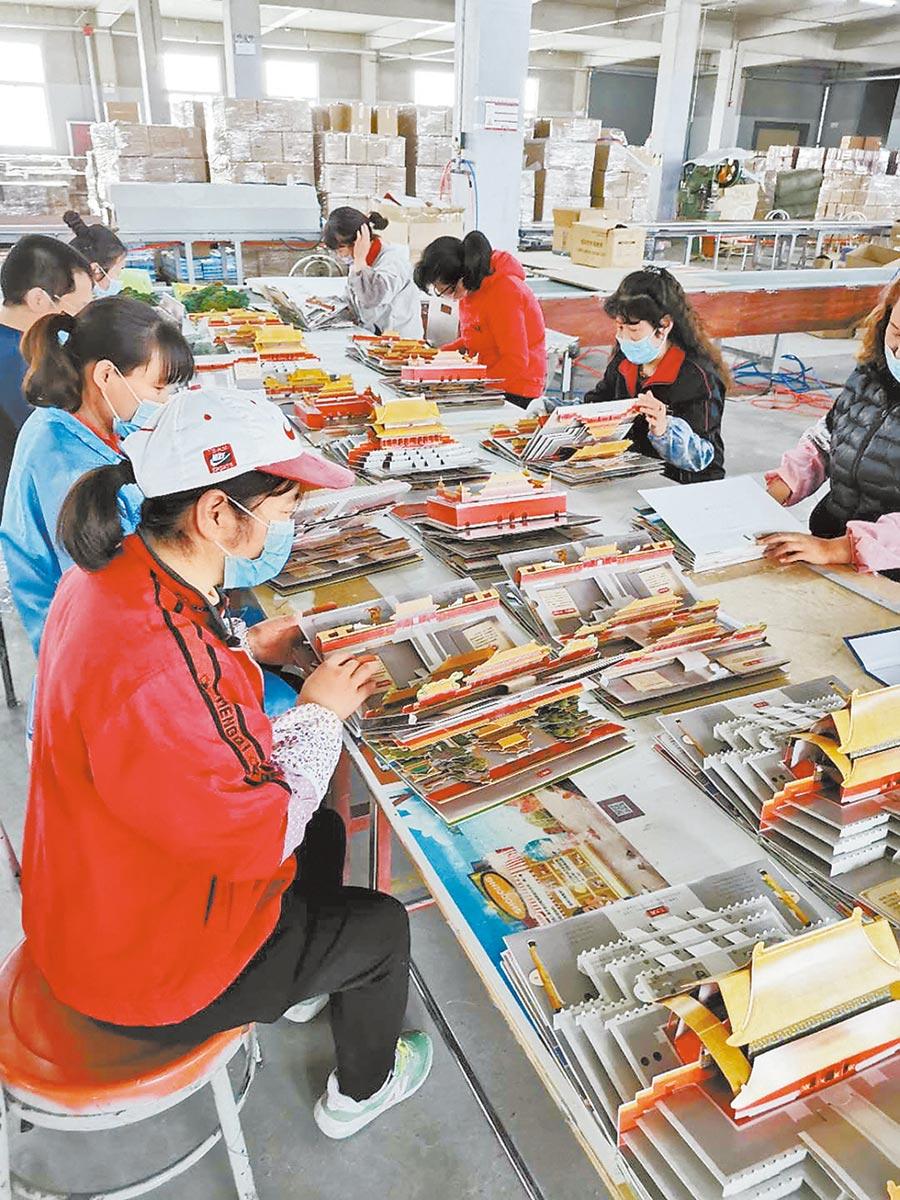 除印刷外,《打開故宮》全部採用手工粘貼製作,一本書的生產週期在45天以上。