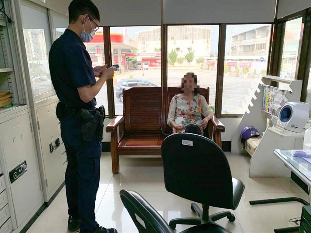 因天氣炎熱,員警憂心老婦身體不舒服,先請老婦進入派出所休息。(警方提供/陳世宗台中傳真)