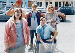 鈔開心!湯姆希林《金魚俱樂部》坐輪椅考察柏林地鐵