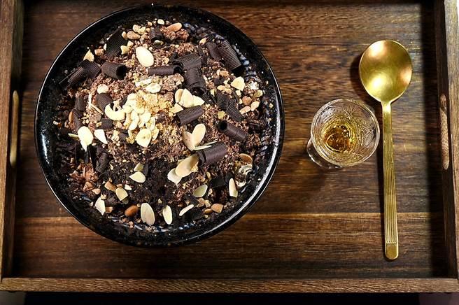 〈昭和冰室〉的〈大人系巧克力威士忌雪花冰〉的雪花冰,是用巧克力冰磚刨製。(圖/姚舜)