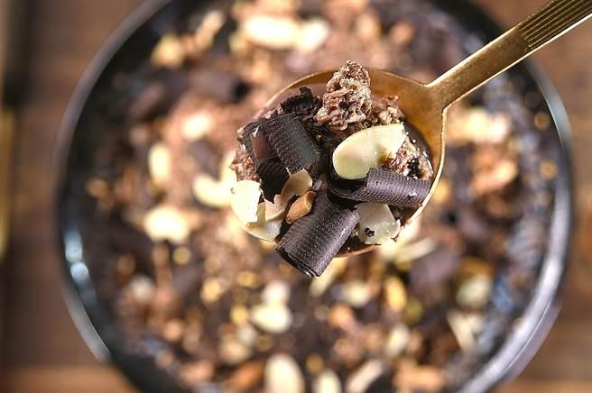〈大人系巧克力威士忌雪花冰〉的餡料有北港花生、烤杏仁片、巧克力脆片,以及黑巧克力刨片,是一碗非常「邪惡」的冰品。(圖/姚舜)