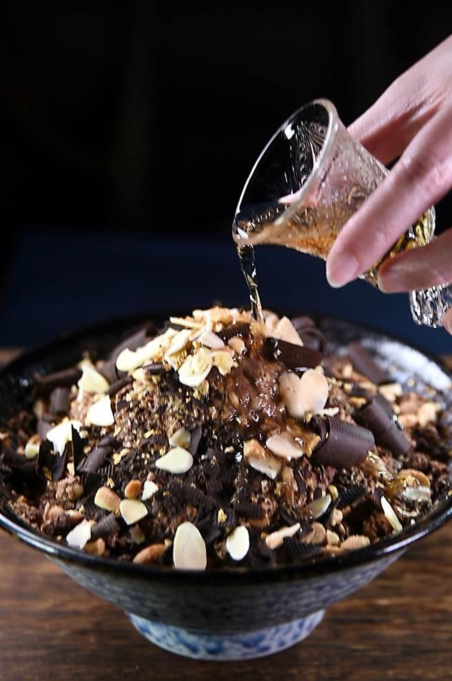 巧克力是威士忌的「好朋友」,享用〈昭和冰室〉的〈大人系巧克力威士忌雪花冰〉時,可倒入一小杯威士忌,其風味有一點點像維尼納咖啡,非常獨特。(圖/姚舜)