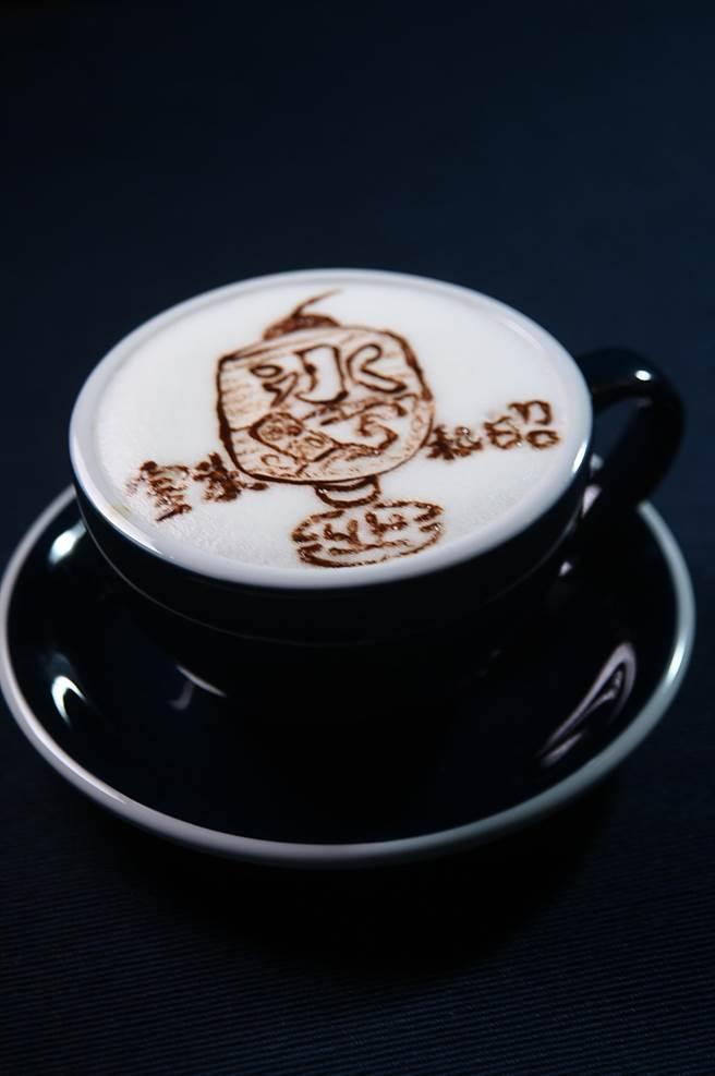 這一杯〈拿鐵〉上的拉花,顯示〈昭和冰室〉咖啡師的功力不凡。(圖/姚舜)