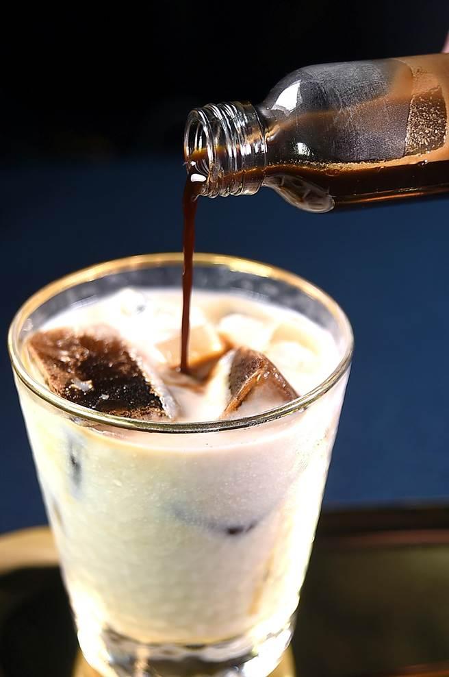 〈昭和冰室〉的〈招牌咖啡〉,風味濃郁、口感稠滑。(圖/姚舜)