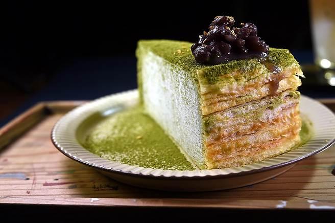 除了雪花冰外,在〈昭和冰室〉也可吃到不同的甜點,圖為用紅豆搭配的〈抹茶千層〉,每份180元。(圖/姚 舜)