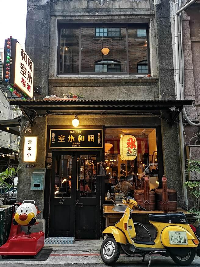 位在台北市文昌街內的〈昭和冰室〉,是開在一有63年歷史的老宅內,位在二樓的「酒場」本周正式營運。(圖/姚舜)