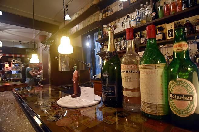〈昭和冰室〉的股東中有酒商,店內亦提供包括日本威士忌在內的酒品。(圖/姚舜)