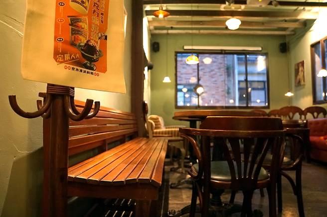 充滿懷舊氛圍的〈昭和冰室〉,桌椅家貝都是骨董,裝潢陳設也都是「老件」,圖為昔日醫院候診室的木製長椅。(圖/姚舜)
