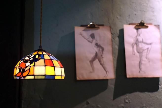 「老」也是一種時尚,〈昭和冰室〉內的吊燈,有各式骨董燈罩,很有味道。(圖/姚舜)