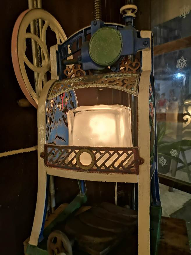 骨董級手動刨冰機,讓人回味舊時光。(圖/姚舜)