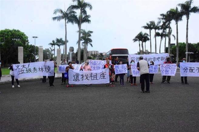 太魯閣族人上到議會陳情,要求將礦石稅收比例提高給秀林鄉。(圖/中國時報王志偉攝)