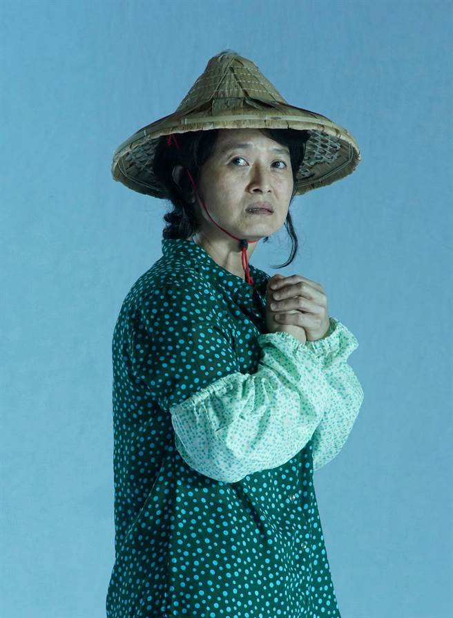 《我們與惡的距離》全民公投劇場版,無差別殺人犯母親「李母」同樣由謝瓊煖再度重現。(故事工廠提供)