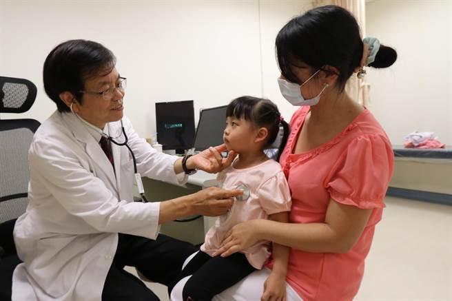 亞大醫院兒科部顧問醫師彭慶添,為一般患者作檢查。(亞大附醫提供/陳淑芬台中傳真)