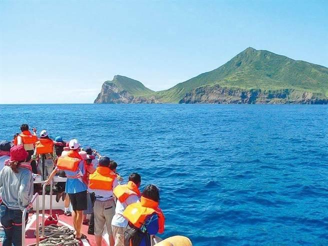觀光局推出龜山島(見圖)開放觀光20周年慶活動,8月1日,民眾姓名中有「龜」字就可以免費登島,限額20名。(圖/東北角暨宜蘭管理處提供)