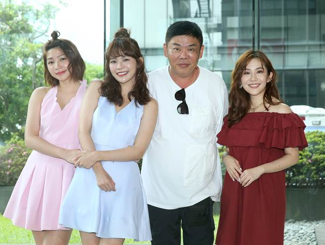 王宇婕、導演馮凱為連體嬰姊妹林萱瑜、曾智希首曝光站台。(粘耿豪攝)