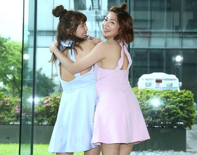 林萱瑜、曾智希新戲飾演連體嬰姊妹花,連衣服都要黏在一起。(粘耿豪攝)