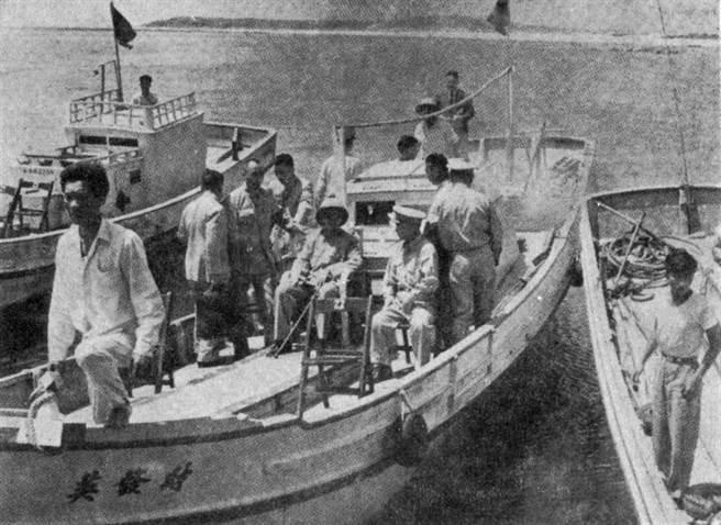 金門炮戰時,胡將軍陪同蔣公在澎湖巡視沿海補給線。(台灣商務提供)