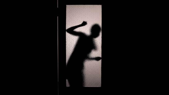 悚!錢包遺失 恐怖男半夜敲門呼喊名字