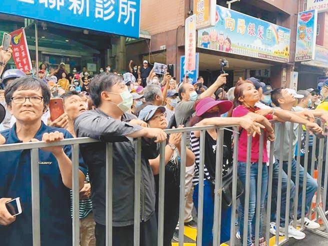 警方在王浩宇服務處門外架設鐵圍欄,群眾在外抗議高喊罷免王浩宇。(呂筱蟬攝)
