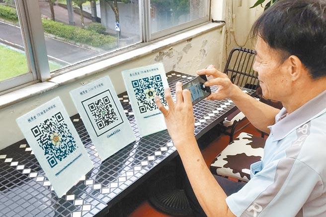 台北榮家設置QR-Code圖板,協助榮民伯伯操作加入退輔會官方帳號群組,接收最新反詐騙資訊。(台北榮家提供/陳志賢傳真)