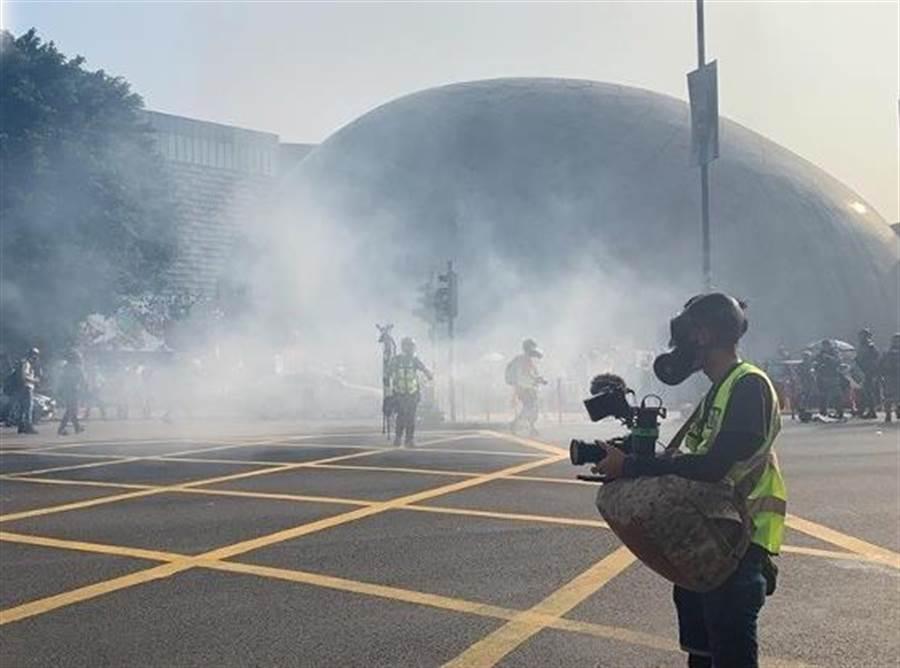 2名香港青年在反送中抗議期間因分別持有雷射筆與彈弓鋼珠被捕,8日香港法院各予判處徒刑8個月。圖為去10月在尖沙咀的示威集會。(圖/東網)