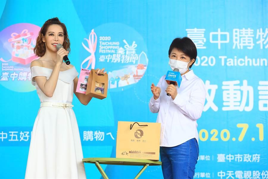 台中市長盧秀燕表示,去年台中購物節APP消費金額累計達25億,今年希望在加上線上購物、電商等購物平台,加上振興券,可以達到35億元的目標。(盧金足攝)