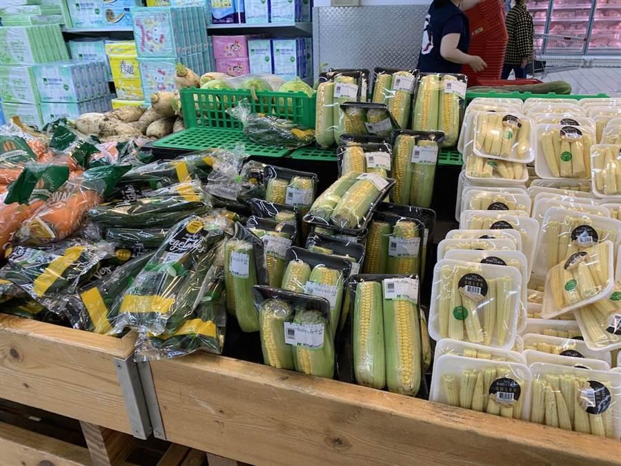 流入海洋的垃圾大多是陸地上的塑膠包裝,而民眾日常生活中最常去的超市超商等零售量販通路,往往都是塑膠包裝垃圾的來源大宗。(綠色和平提供/李柏澔台北傳真)