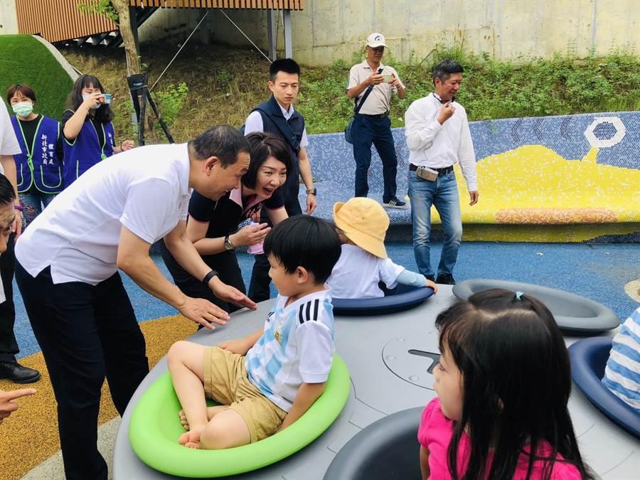 新北市長侯友宜與在運動公園嬉戲的學童開心地一起同樂。(吳康瑋攝)