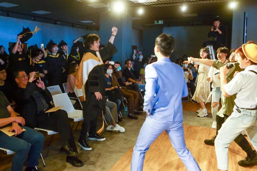 台北城市科技大學流行音樂事業系今(9)日舉行首屆畢業典禮,現場氣氛熱烈,學弟妹現場載歌載舞演出,歡送首屆畢業學長姐。(鄧博仁攝)