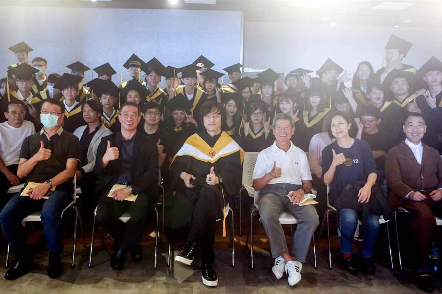 台北城市科技大學流行音樂事業系今(9)日舉行畢業典禮,歡送第一屆畢業生。(鄧博仁攝)