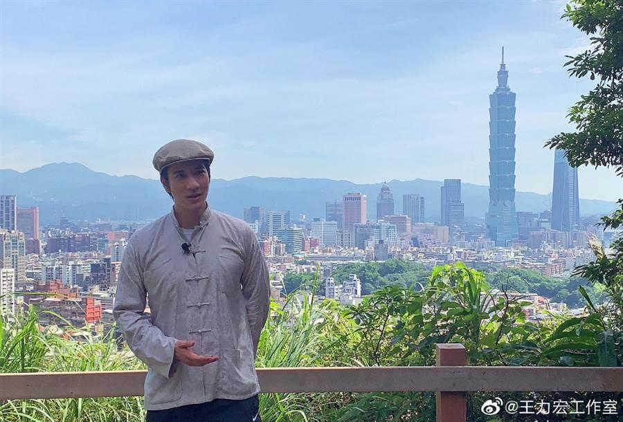 王力宏登上福州山拍攝影片。(翻攝王力宏工作室微博)
